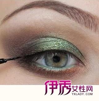 step6:极细眼线液在眼睛根部勾勒细长眼线,一定不要留白哦