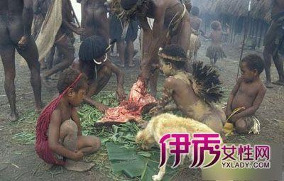 同木乃伊一起生活的土著人